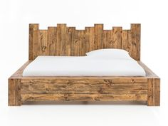 Das Bett Kingsburgh ist etwas für Liebhaber des natürlichen und rustikalen Geschmacks. Durch den einfachen, wuchtigen Bettrahmen aus Pinienholz wirkt es auf den ersten Blick, als wäre dieser einfach aus Baumstämmen gefertigt. Durch das 'königliche' Kopfteil und die Verwendung von dem rustikalen, recycelten Pinienholz wird daraus ein einzigartiges Design. #rustikal #bett #holzbett #schlafzimmer #bedroom #bed #kingsizebed
