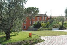 Relais Corte Benedetto, www.cortebenedetto-toscana.upps.it, Mit einem saisonalen Außenpool und Blick auf den Garten, ist Agriturismo Corte Benedetto in Montecarlo in der Region Toskana, 24 km von Pisa. Lucca ist 11 km vom Hotel entfernt. Kostenfreie Parkplätze stehen vor Ort zur Verfügung. Einige Unterkünfte sind klimatisiert und verfügen über einen Sitz und / oder Essbereich mit einem Flachbild-TV ausgestattet.