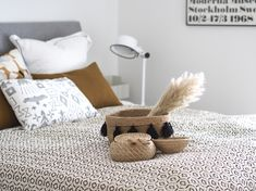 Makuuhuoneen uusi kaunis päiväpeite - Hurmaavan valkeaa Scandinavian Home, Floor Chair, Throw Pillows, Flooring, Bed, Furniture, Home Decor, Toss Pillows, Decoration Home