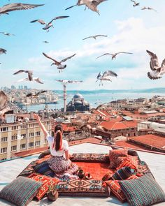 Planning a trip to Istanbul, Turkey? Here's my guide on how to spend four days in Istanbul - where to stay, what to eat & things to do in Istanbul, Turkey. Budapest, Cool Places To Visit, Places To Travel, Travel Destinations, London Travel Guide, Travel Photographie, Capadocia, Perfect Road Trip, Travel Photography