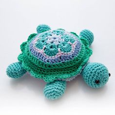Amigurumi Crochet Crochet African Flower pincushion free pattern - Tina Turtle Step by step pattern/tutorial on how to make your own turtle pincushion based on african flower Crochet Diy, Crochet Pincushion, Chat Crochet, Crochet Mignon, Crochet Gifts, Crochet Dolls, Crochet Amigurumi, Crochet African Flowers, Crochet Flowers
