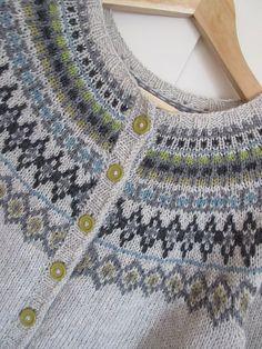 Ravelry: toppen's Jakke med rundt mønster Fair Isle Knitting, Free Knitting, Baby Knitting, Motif Fair Isle, Fair Isle Pattern, Norwegian Knitting, Icelandic Sweaters, Sweater Knitting Patterns, Pulls
