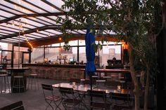 Vous n'avez pas aimé l'ambiance souvent très posh et fancy des rooftops de Manhattan ? Direction Williasmburg de l'autre côté de l'East River pour découvrir un toit-terrasse sans prise de tête. Ambiance décontractée façon bières et hot-dogs plutôt que cocktails et escarpins Louboutin, le tout avec la plus célèbre des skylines en toile de fond. Mais attention, les prix pas chers et la douzaine de bières européennes servies en pression attirent les foules. Arrivez-tôt.
