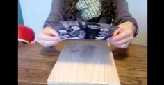 Du suchst nach einer tollen Dekoidee oder einem individuellen Geschenk? Mit dieser simplen Technik kannst du selbst ganz einfach ein Fotomotiv auf Holz zaubern. Alles, was Du dafür brauchst: Das ausgedruckte Bild, ein Brett oder glattes Stück Holz, etwas Gel Medium und Decoupage Kleber (Gibt es beides im Bastelbedarf oder im gut sortierten Baumarkt) sowie etwas Geduld. Alles parat? Dann kann es ja losgehen!  Zuerst pinselst du das Holz mit dem Gel Medium ein. Dann legst Du das ausgedruckte…