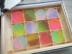 少し前に、伊勢丹にあったお菓子です。伊勢丹限定品 色の組み合わせがとってもすてきおはじきみたいなかわいさです かんてんのゼリーの周りをグラニュー糖でまぶしたお菓子です。 それぞれのお味は・・・グランマニエ×酸塊(スグリ)、ライチ×キシュッシワッサー、黒糖×鳳梨...