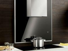 La campana decorativa de Neff con cristal negro quedará perfecta con tu placa de inducción de 90 cm de ancho.