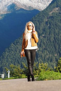 Im talking 5 Autumn Fashion Essentials on the blog from the Austrian Italian mountains wearing an amazing pair of leather trousers, the Chloe Faye in caramel, Reiss black wooden heel boots and a suede biker jacket from Maje