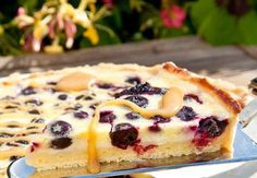 Fräsch paj med smak av citron och blåbär och en härlig kolasås ringlad över toppen. Sött och syrligt i en paj-perfekt kombination!