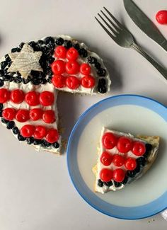 American Flag Fruit Pizza in Red, White, and Blue Colors makes a perfect Patriotic Day dessert. It's easy, creamy and fruity dessert pizza recipe - recipemagik.com Sugar Frosting, Blue Desserts, Fourth Of July Food, Dessert Pizza, Cookie Crust, Blue Colors, Cream And Sugar, Pizza Recipes, It's Easy