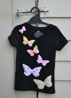 Sew T-Shirt Butterfly t shirt applique - Apron Birthday Bags Butterfly t shirt Yoga Bag Lacy Boot cuffs Easy sew bunting Felt Bunting Burda 7866 Fabric Cats Dinosaur soft toy Dinosaur t shirt Hat Lining Heart patch Messenger Bag Outer spa… Sewing Shirts, Sewing Clothes, Diy Clothes, Love Sewing, Sewing For Kids, T Shirt Remake, Diy Kleidung, Applique Designs, Refashion