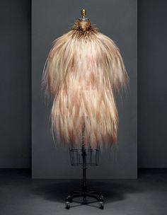 イヴ・サン=ローランによるイヴニングドレス。1969-70年秋冬オートクチュールコレクション。