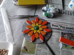 No hay texto alternativo automático disponible. Mosaic Garden, Mosaic Art, Mosaic Flowers, Mosaic Ideas, Projects To Try, Lily, Crafts, Home Decor, Mosaic Artwork