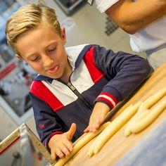 Früh übt sich, wer ein Meister werden will. #Bäckermeister oder #Meisterbäcker, wichtig ist die Leidenschaft und Freude am Genuss. 😍 ...ja, das ist die Basis für #Handwerkskunst auf höchstem Niveau.   Der Bäck vom See! 🥨 . #Wörthersee #wienerroither #maguat #bäckerei #brot #Gebäck #handgemacht #bäcker #geschmack #genuss #backen #backstube, #backhandwerk, #bake, #bakery, #withlove #kärnten #austria Athletic, Brot, Passion, Glee, Bakken, Athlete, Deporte