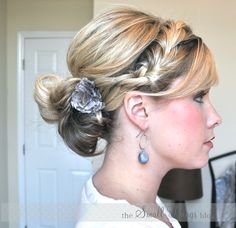Buns are usually a bore, but with the summer heat it's become a savior! Here's a cute way to add more fun to the plain ole up-do!