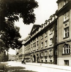Hier sind in den vergangenen 100 Jahren zehntausende Münchner geboren worden: Die Frauenklinik in der Maistraße kurz nach der Eröffnung 1916. Foto: Volk Verlag/Stadtarchiv München