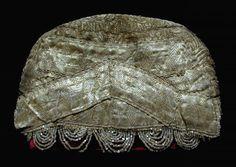 Кичка золотой парчи с орнаментом и подзором из перламутрового бисера на набойчатой пестрядинной подкладке. 18 в.