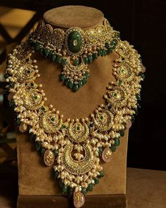 Not to mention wedding decoration. Because wedding decors give important tips to the guests in terms of reflecting the style of the couple to be married. Bali Jewelry, Indian Jewelry Earrings, Indian Jewelry Sets, Jewelry Design Earrings, Indian Wedding Jewelry, Gold Jewellery Design, Bridal Jewelry Sets, Bridal Necklace, Fine Jewelry