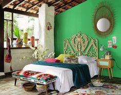 Osez le vert même dans une chambre à couché ! Les planches de surf dans la déco californienne sont indispensables #californianstyle #californie #stylecalifornien #style #californie #chambre #miroir #tetedelit #vert #rotin Bohemian Bedrooms, Bohemian Decor, Bohemian Interior, Hippie Bohemian, Modern Bohemian, Bed Design, House Design, Deco Boheme Chic, Home And Deco