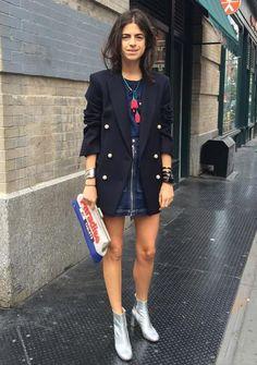 Dupla estilosa: minissaia + maxi blazer. T-shirt azul esculra, blazer preto saia jeans, ankle boot prateada, metalizada