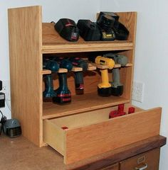 Cordless drill storage and charging station – DIY projects for everyone! Garage Tools, Diy Garage, Garage Storage, Workshop Storage, Workshop Organization, Garage Organization, Garage Workshop, Wood Projects, Woodworking Projects