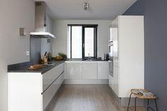 Thuis bij familie Pak staat een Bruynzeel Keuken Pallas greeploos hoogglans in de kleur wit.
