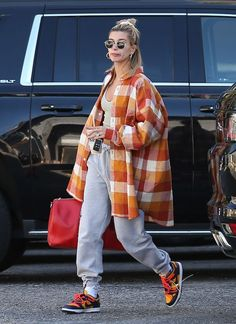 Once again, Hailey Bieber's street style proves to be the coolest around. In an oversized shirt look, the star has me taking notes. Street Style Outfits, Looks Street Style, Fashion Street Styles, Street Style Clothing, Rihanna Street Style, Street Style Shoes, Street Clothes, Street Outfit, Casual Street Style