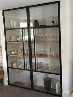 Wat een cool idee voor in de keuken, deze stalen deuren voor kast. Geen stof en toch je servies mooi in het zicht! Home Design Decor, Home Decor, Modern China Cabinet, Condo Kitchen Remodel, Black Sideboard, Best Kitchen Designs, Kitchen Cabinetry, Metal Furniture, Bars For Home