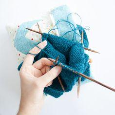 Comment tricoter des petits diamètres en rond ? La technique la plus simple : utiliser des aiguilles doubles-pointes.