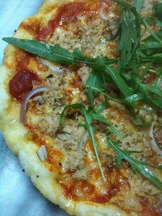 Pizza med tonfisk och lök