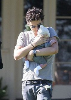 If I had a child and a husband ---> This is love. Orlando Bloom and Flynn. Miranda Kerr, Orlando Bloom Legolas, Bloom Baby, Series Premiere, Holding Baby, Matthew Mcconaughey, Alyson Hannigan, Celebrity Babies, Lord