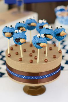 Sweet {Chocolate Chip} Cookie Monster Birthday Party: Cookie Monster Pops. Adorable