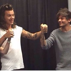 IT HAPPENED!! THIS IS NOT A MANIP OR PHOTOSHOP I SWEAR! IT WAS BACKSTAGE TODAY IN DETROIT! THAT SMILE ON LOUIS' FACE THO!!