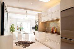 Concepto abierto y luminoso: cocina comedor salón : Minimalistyczna kuchnia od Markham Stagers