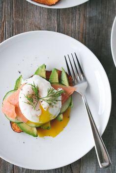 Süßkartoffel-Toast mit Avocado, Lachs und Ei  Ihr braucht: - Süßkartoffel - 1 Avocado - geräucherten Lachs - 1 Ei - Salz und Pfeffer