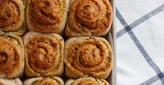 Halvgrove snurrer med urter og ost Onion Rings, Apple Pie, Bread, Baking, Rolls, Ethnic Recipes, Desserts, Food, Tailgate Desserts