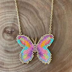 Collier papillon un peu psychédélique #collier #miyuki #tissageperles @quelque.chose.se.trame https://www.etsy.com/fr/shop/QuelqueChoseSeTrame?ref=search_shop_redirect