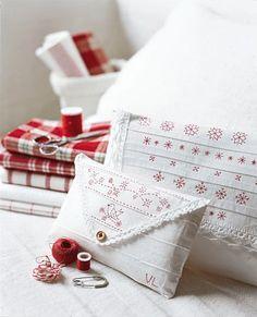 Des pochettes blanches ornées de motifs au feutre rouge en trompe l'œil de broderie, petits plis et bordure en dentelle ou à faire au crochet fin