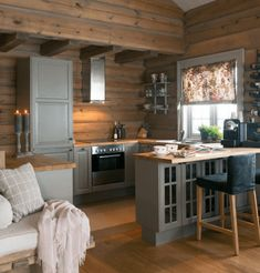 Many small log cabin homes are highly decorative with excellent finishes. You could easily design a log home yourself and you could go from there, but it's a good… Continue Reading → Small Cabin Kitchens, Small Cabin Interiors, Log Home Kitchens, Small Log Cabin, Log Cabin Homes, Cozy Cabin, Sweet Home, Cuisines Design, Küchen Design