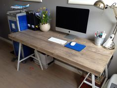 Trendy bureau van steigerhout op twee metalen schragen. Www.vanalleshout.nl