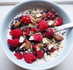 Noen andre som er fan av kveldsmat?  Særlig en som er sunn lett og god  For eksempel gresk yoghurt eller kokosmelk med nøtter bær kakaonibs og hampfrø...