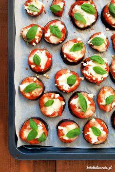 Mini pizze z bakłażana Eggplant Pizzas, Oven Dishes, 20 Min, Caprese Salad, Casserole Recipes, Mozzarella, Quiche, Feta, Baking