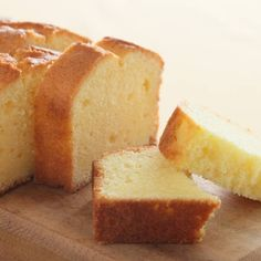 Try this delicious almond pound cake! By cutting the amount of flour and sugar, the cake is denser but with less starch and more protein. Easy Pound Cake, Pound Cake Recipes, Easy Cake Recipes, Cookie Recipes, Dessert Recipes, Healthy Recipes, No Cook Desserts, Homemade Desserts, Home Made Cookies Recipe
