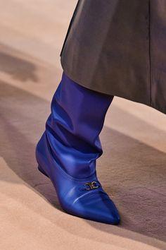 Salvatore Ferragamo Fall 2020 Ready-to-Wear Fashion Show - Vogue Salvatore Ferragamo, Minimalist Boots, Minimalist Fashion, Minimalist Style, Vogue Paris, Shoe Show, Models, Fall Shoes, Mannequins