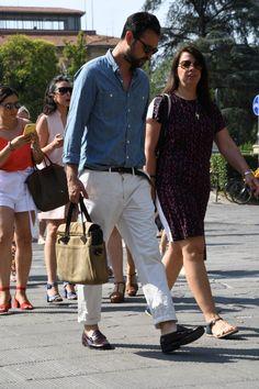 デニムシャツ×ホワイトジーンズ