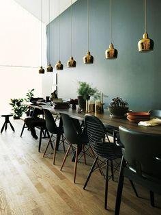 昨年、アルテック社がヴィトラ社の傘下に加わり、大きな話題に。それにより、「ヴィトラ」と「アルテック」の特別なコラボがスタート! 第1弾として、ドイツにあるヴィトラハウスのロフトに、「アルテック」と「ヴィトラ」の家具がスタイリングされ、デザインが響き合う美しい空間がつくり上げられた。担当したのは、元英国版『エル・デコ』編集長のイルゼ・クロフォード。「フィンランド人とドイツ人のカップルの部屋」という物語のなかで、名作家具と心地よく暮らす方法を提案している。二人のアーティスティックな部屋から、インテリアのヒントをもらおう。後編では、イルゼのインタビューをお届け。