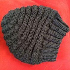 Tricoter un bonnet en quelques heures, c'est possible avec ce bonnet au point de godron avec une large bordure de côtes.