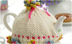 Billy - Floral tea cosy. Free knitting pattern. Adorable!