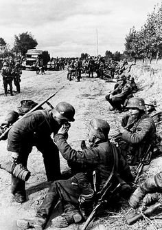Advancing german soldiers taking a rest on the road side, eastern Front autumn 1941 - pin by Poop stain German Soldiers Ww2, German Army, Military Art, Military History, Pin Ups Vintage, Germany Ww2, German Uniforms, Ww2 Photos, War Photography