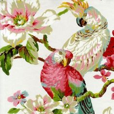 Su diseño con textura parece pintado a mano con un pincel, ya que se aprecian perfectamente cada uno de los trazos que conforman su dibujo, compuesto por ramas verdes y sienas con papagayos, gardenias y hortensias en colores rojos, rosas, blancos y azules sobre fondo blanco nacar.