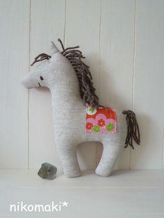スウェーデンの手工芸品、ダーラナホース。幸せを運んでくれる木彫りの馬をモチーフに作った、ぬいぐるみクッションです。ソファやベッドなどインテリアの味付けにピッタ... ハンドメイド、手作り、手仕事品の通販・販売・購入ならCreema。